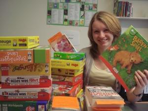 Laura beim Einarbeiten von Büchern und Spielen