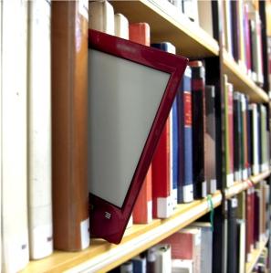 Ein E-Reader im Buchregal