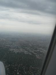 Anflug auf Berlin. Könnt ihr den Fersehturm erkennen?