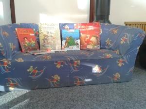 Das Kindersofa in der Bücherei im Bürgerhaus lädt zum kuscheligen Vorlesen ein
