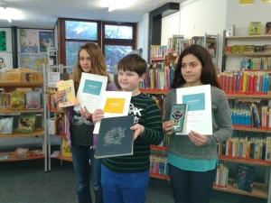 Catharina, Joris und Maryam (v.links) präsentieren stolz ihre Urkunden