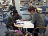 Lernpaten und Flüchtlinge treffen sich im Bürgerhaus zum Deutsch lernen.