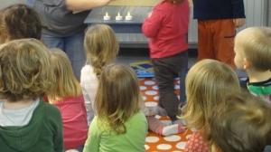 16:00 Uhr: Die Lesezwerge entdecken heute den Advent.