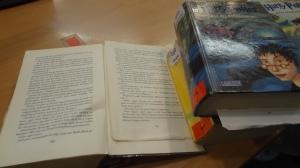 """17:30 Uhr: Alte Bücher aus dem Bestand """"aussondern"""". (Bibliotheksvokabular ;-P)"""