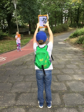 Die Ferienkinder fotografieren mit den Tablets.