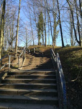 Treppe auf dem Weg zur Bücherei Hochdahl